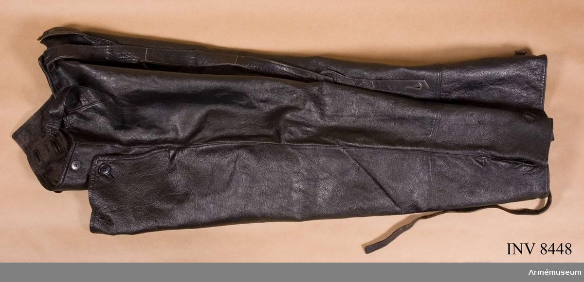 Skinnbyxor av svart läder med hängslen och med gråbrunt foder. FMV beteckning M 7373-121000-4.ÖSB = Örebro Sport-Bil Ekipering, Sportutrustningar AB.