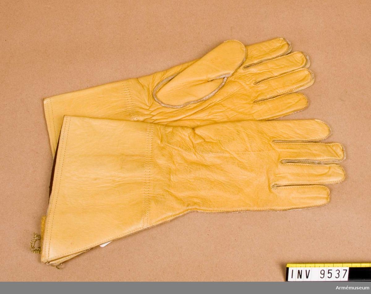 """Handskar, England 1960, 1 par. Ett par gula handskar """"Gauntlet mens"""" England 1960. Givare FMV i Solna."""