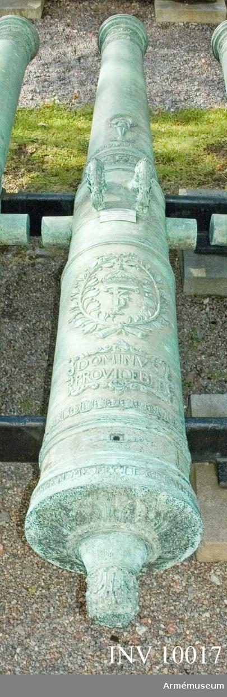 """Grupp A I.  Byte från intagandet av fästningen Glückstadt i Holstein 5/ 1814. Tillhör det första kända danska artillerisystemet vilket infördes av Fredrik III omkring 1649 och som i allmänhet kallas """"Fredrik III:s Rids"""".  Enligt å kammarbandet befintlig inskrift gjuten i Glückstadt 1651. Med Fredrik III:s namnchiffer och hans valspråk: DOMINVS. PROVIDEBET (Herren skall råda) å kammarstycket samt Glückstadts vapen (Fortuna på ett rullande klot) å långa fältet. Loppets relativa längd är 24 kaliber. Kammarsiraten märkt """"--- 1651"""" och """"3346"""", druvhalsen """"No 11""""."""