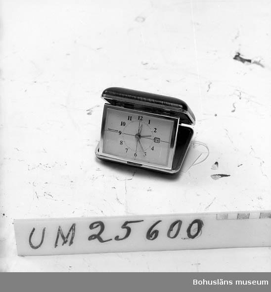 594 Landskap BOHUSLÄN  Klocka i fodral, hopfällbart. Ytterligare uppgifter om Åke Seinknecht och hans ljudsamling, se UM25572