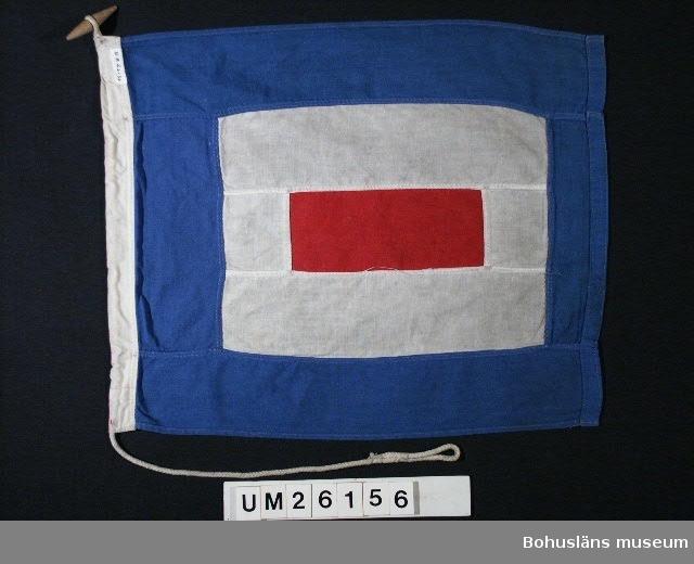 """Rött rektangulärt mittfält omgivet av vitt d:o och ytterst blått fält. Betyder: """"Jag behöver läkarhjälp"""".  Användning se UM026139  Personuppgifter se UM026024"""