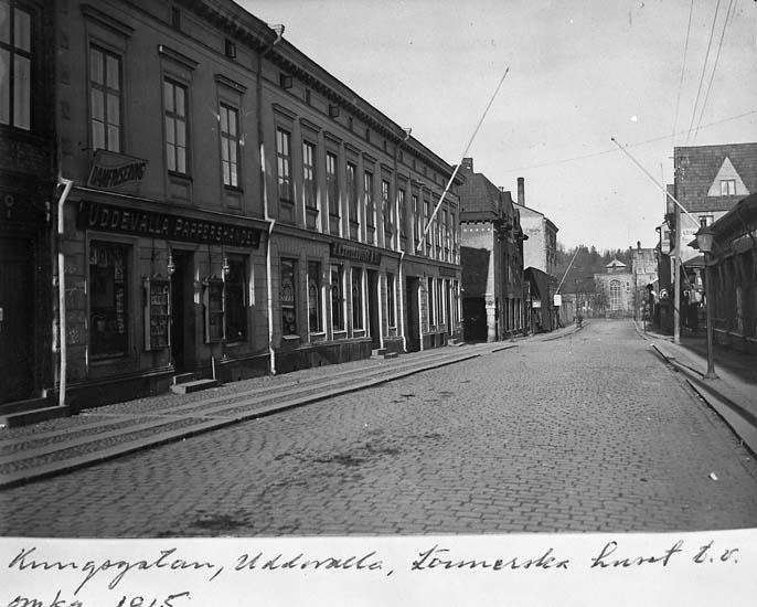 """Text på kortet: """"Kungsgatan, Uddevalla, Lönnerska huset t.v. omkr 1915""""."""