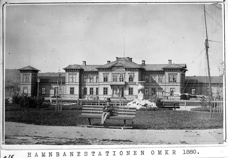 "Text på kortet: ""Hamnbanestationen omkr. 1880""."