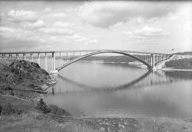 """Enligt AB Flygtrafik Bengtsfors: """"Tjörnbroarna stora bron fr söder Bohuslän""""."""
