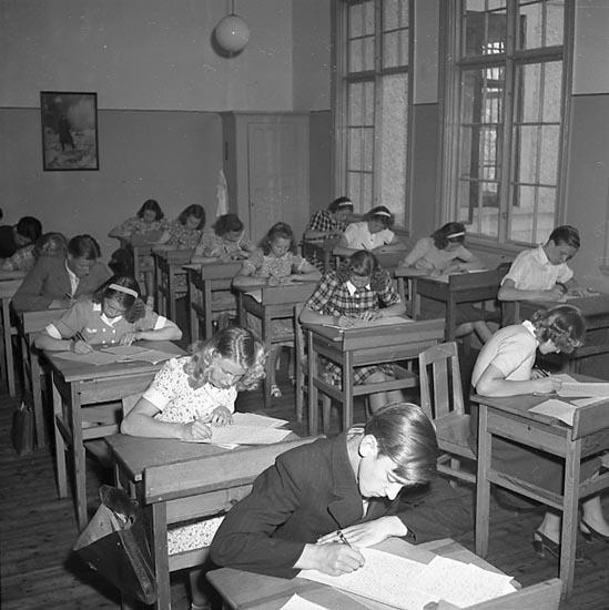 """Enligt notering: """"Praktiska Mellanskolan 12/5 1947""""."""