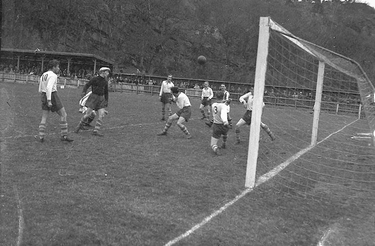 """Enligt notering: """"Fotboll April månad 30/4 1949""""."""