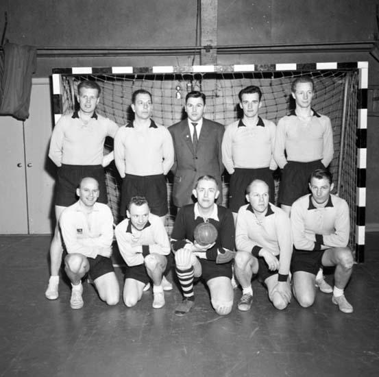 """Enligt notering: """"Korpsegrare i handboll mars -58""""."""