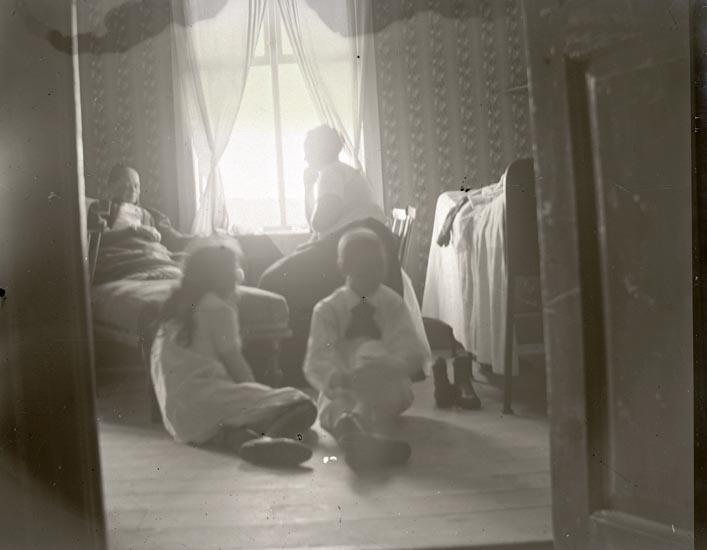 Helsjön. Ett misslyckat.  Betsy, Morri, mamma Gertrud, Carl-Gustaf och Arfhild Widell.