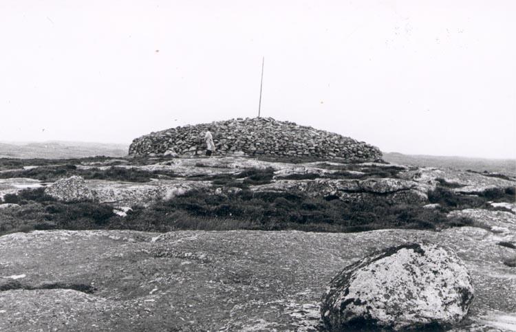 """Noterat på kortet: """"TRYGGÖ S. SOTENÄS"""". """"Arvid Hedvall på Tryggverön"""". """"Foto ANDERS HEDVALL 1/9 57""""."""