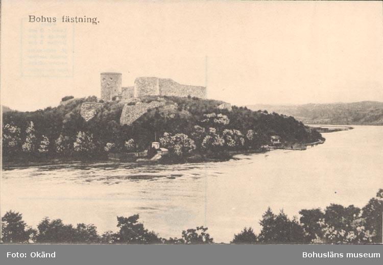 """Tryckt text på kortet: """"Bohus fästning"""".         ::"""