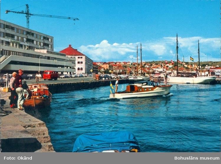 """Tryckt text på kortet: """"Lysekil. Hamnen"""". """"Förlag & ensamrätt: AB H. Lindenhag, Göteborg""""."""