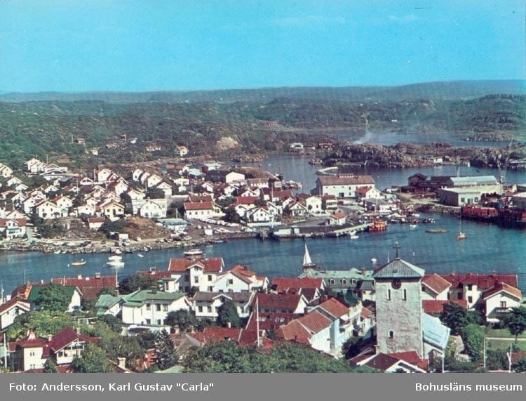 """Tryckt text på kortet: """"Marstrand. Utsikt över Arvidsvik."""" """"Clara-Förlaget Lysekil, Tel. 0523/10919, 10320."""""""