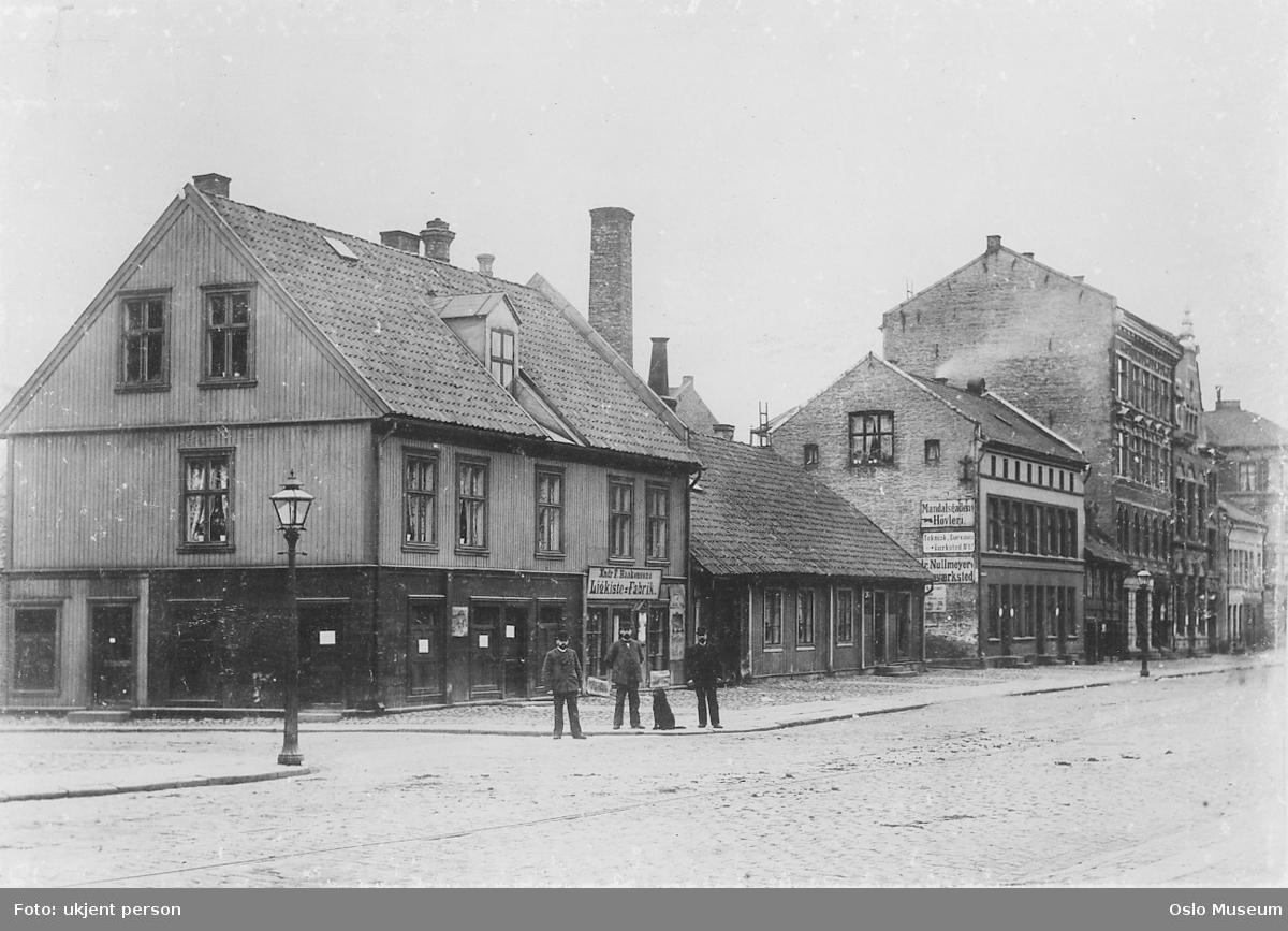 gateløp, trehusbebyggelse, bygårder, gatebelysning, menn3, brødre, Edvard Munchs St. Bernhardshund