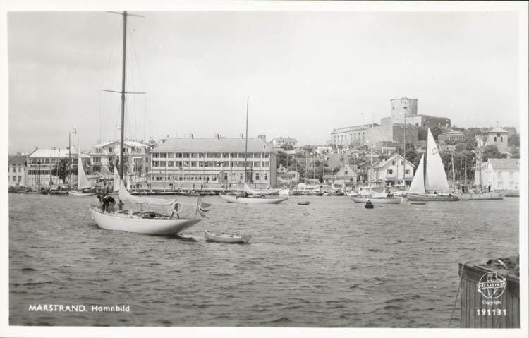 """Tryckt text på kortet: """"Marstrand. Hamnbild."""" ::"""