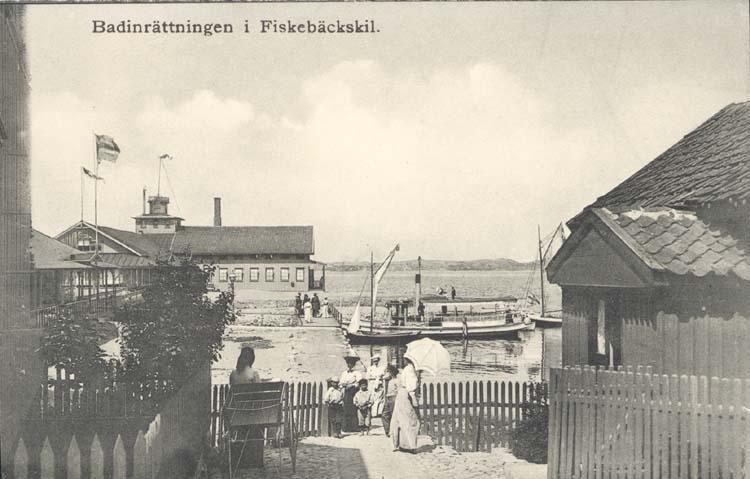 """Tryckt text på kortet: """"Badinrättningen i Fiskebäckskil."""" """"Tekla Bengtssons Pappershandel, Fiskebäckskil."""""""