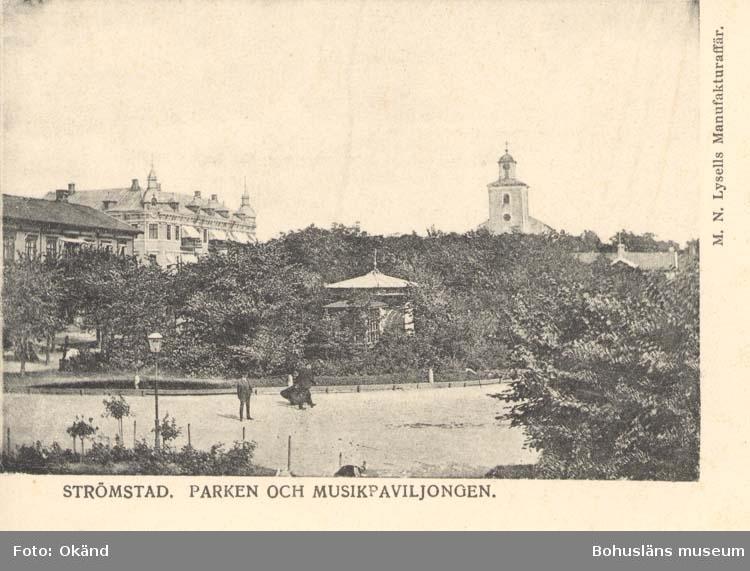 """Tryckt text på kortet: """"Strömstad. Parken och Musikpaviljongen.""""  """"M.N. Lysells Manufakturaffär."""""""