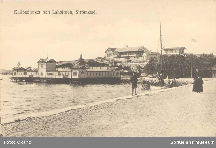 """Tryckt text på kortet: """"Kallbadhuset och Laholmen, Strömstad."""" """"Förlag: Frida Dahlgren, Garn- & Kortvaruaffär."""""""