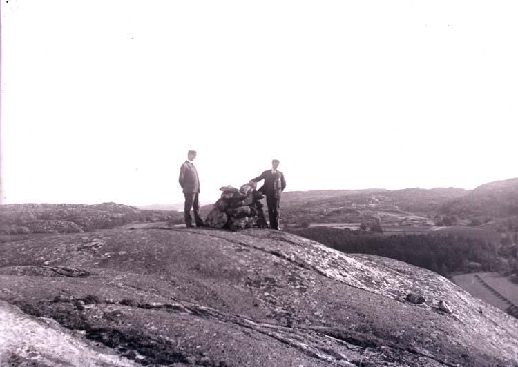 """Enligt text som medföljde bilden """"Norr Hamre. På berget 1918/1919""""."""