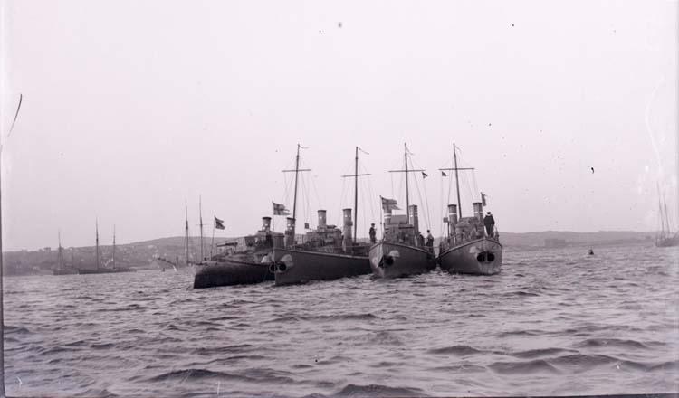 """Enligt text som medföljde bilden: """"Torpedbåtarna N.1, 2, 3, 4 Aug 07."""""""