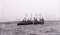 """Enligt text som medföljde bilden: """"Torpedbåtarna N.1, 2, 3,"""
