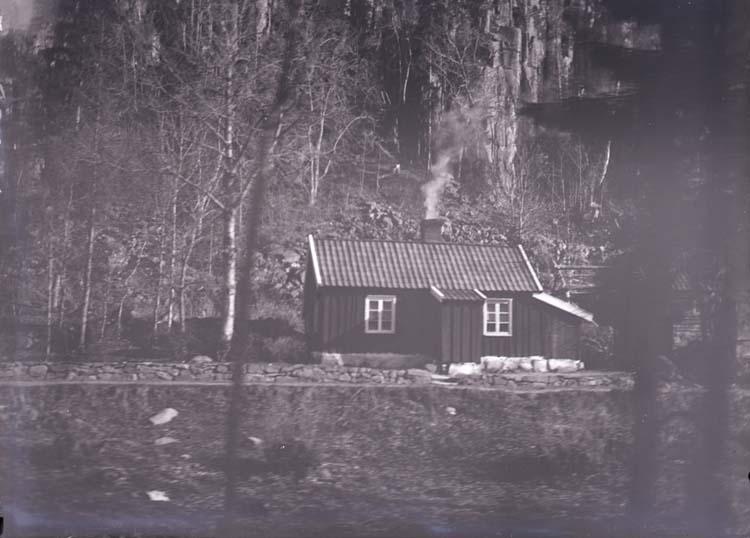 En liten stuga vid foten av Halleberg