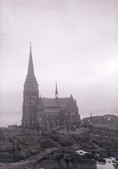 """Enligt text som medföljde bilden: """"Lysekil Nya kyrkan från Flaggberget 16/3 1902."""""""