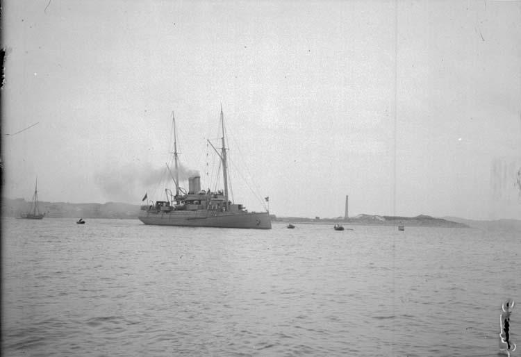 """Enligt text som medföljde bilden. """"Lysekil. Svenska kanonbåten """"Skagul"""" 8/6 1900."""""""