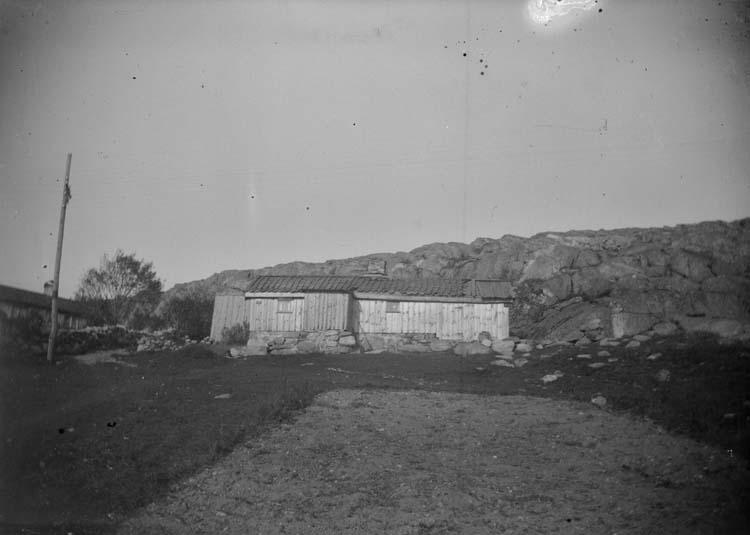 """Enligt text som medföljde bilden: """"Lysekil. Ett litet hus vid Landsvägsgatan 1897."""""""