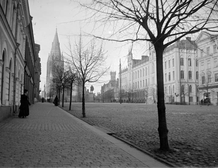 """Enligt text som medföljde bilden: """"Örebro. Kyrkan o. Stadshuset."""" ::"""