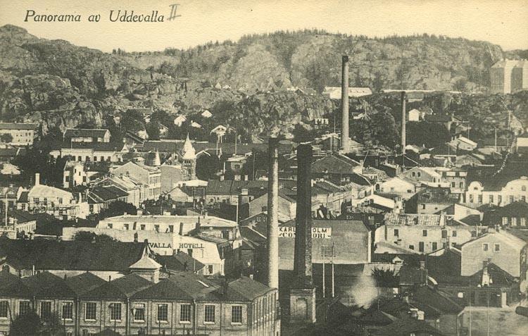 """Tryckt text på vykortets framsida: """"Panorama av Uddevalla.""""  ::"""