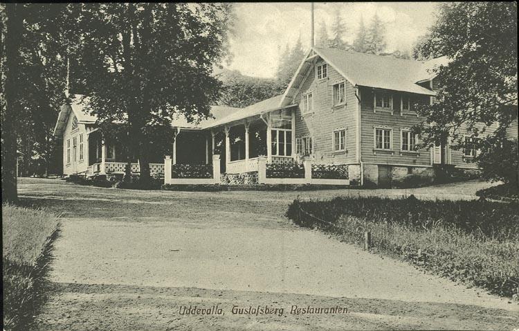 """Tryckt text på vykortets framsida: """"Uddevalla, Gustafsberg Restauranten."""""""
