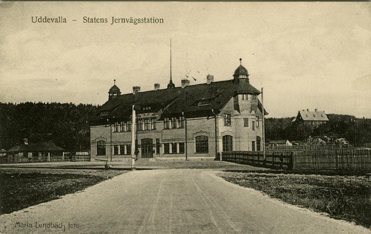 "Tryckt text på vykortets framsida: ""Uddevalla - Statens Jernvägsstation."""
