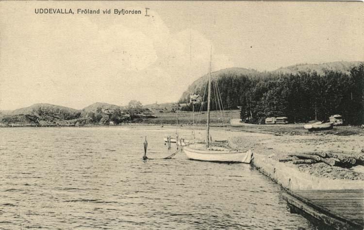"""Tryckt text på vykortets framsida: """"Uddevalla, Fröland vid Byfjorden."""""""