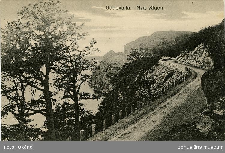 """Tryckt text på vykortets framsida: """"Uddevalla nya vägen."""" ::"""