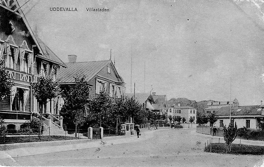 """Tryckt text på vykortets framsida: """"Uddevalla. Villastaden"""".    ::"""