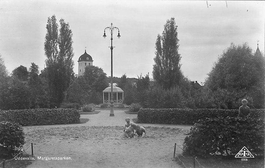 """Tryckt text på vykortets framsida: """"Uddevalla. Margaretaparken"""".    ::"""