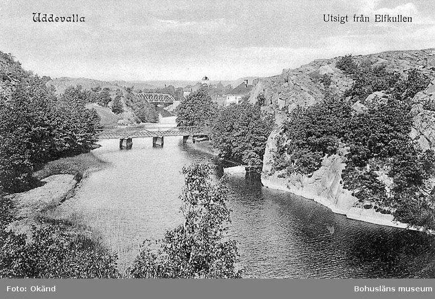 """Tryckt text på vykortets framsida: """"Uddevalla. utsigt från Elfkullen"""".  ::"""