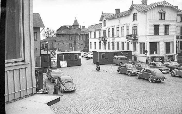 """Enligt fotografens notering: """"Torget avstängs i Lysekil 1968""""."""