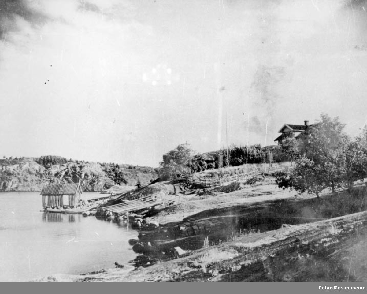 """Enligt text på baksidan av fotot: """"Vy in mot Slussen från N taget från Höggeröd brygga. Huset upp t.h. """"Rumsbo"""" byggdes av Karl Olsson (Olsa) 1907""""."""
