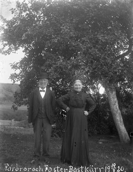 """Enligt text skriven på glasplåten: """"Farbror och faster Bastkärr 19-8-1920""""."""