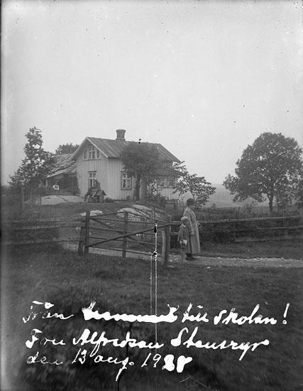 """Enligt text på fotot: """"Från hemmet till skolan! Fru Alfredson Steneryr den 13 aug. 1928""""."""