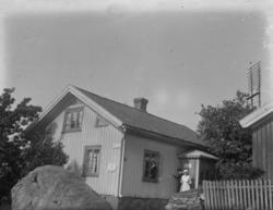 """Text till bilden: """"Telegrafstationen med antennerna i bakgru"""