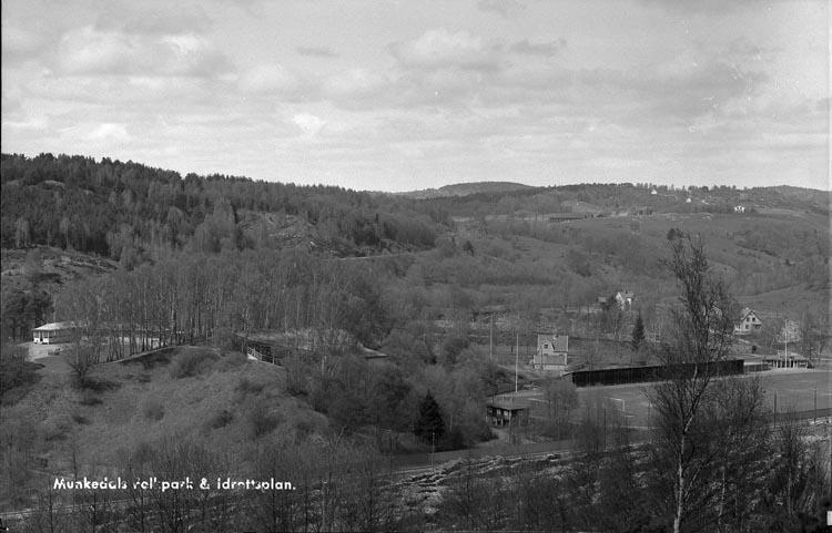 """Enligt fotografens anteckningar: """"1946, 31. Utsikt över Munkedals folkpark o idrottspark""""."""