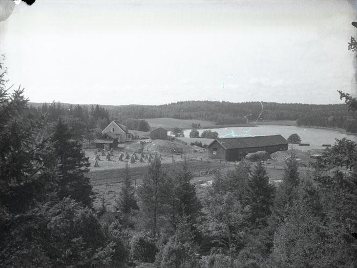 """""""1934. 20. Kikerud, Pontus Vikners födelsehem.""""  """"Till vänster familjen Hanssons bostad och till höger deras ladugård. i mitten Pontus Wiknerstugan, numera museum. Sjön heter Kikerudssjön."""""""