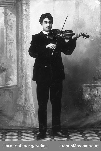 """Enligt medföljande noteringar: """"39. Spelemanssläkt med Spel-Erick.""""  Uppgifter från Munkedals HBF: """"Rudolf Karlsson ( 1890-1965): Flottare, skogsarbetare, skomakare. Spelade fiol,durspel o. gitarr. bodde på Kaserna i Foss, sedan 1927 på Vassängen i Valbo-Ryr, sina sista år i Uddevalla, där hade han en egen orkester. Far till """"Vassängspojkarna"""" kända musikanter."""