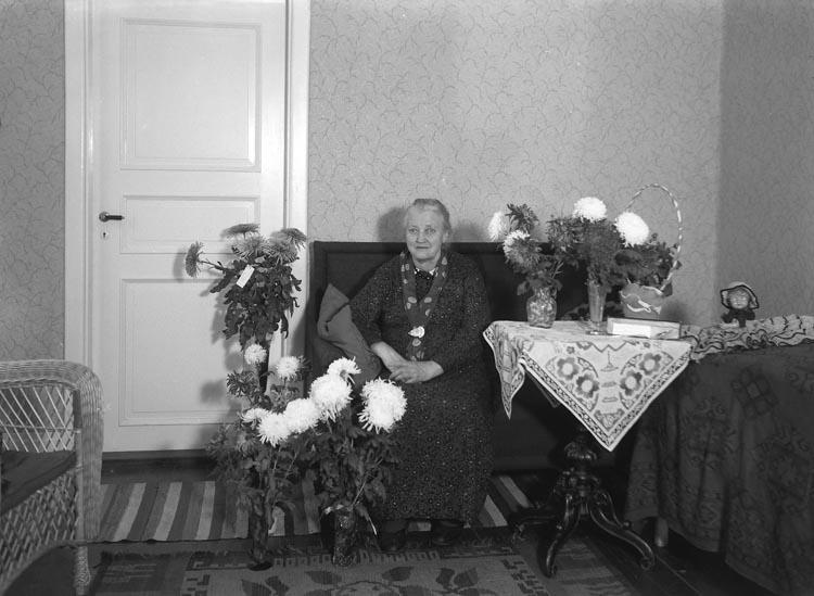 """Text som medföljde bilden: """"1939. 22. Fru Emma Petterssons 75 årsdag. Munkedal.""""  Ragnar Wärmes mormor. Bodde nära """"Pumpen"""" vid Bostäderna, Munkedals bruksområde. Emma Pettersson var gift med Emanyel Pettersson, kallad """"Månne""""."""