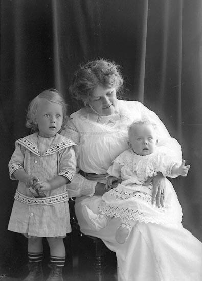 """Enligt fotografens journal nr 2 1909-1905: """"Fru Magna Jönsson, Första Långgatan 37 Göteborg""""."""