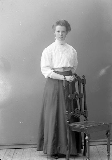 """Enligt fotografens journal nr 2 1909-1915: """"Berntsson Maria, Här""""."""