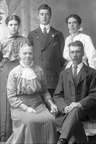 """Enligt fotografens journal Lyckorna 1909-1918: """"Holm, Anders J. Gullborga, Svenshögen""""."""
