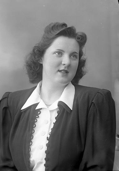 """Enligt fotografens journal nr 7 1944-1950: """"Axelsson, Fr. Irma Hasselbacken Svenshögen""""."""